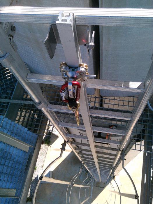 Resultado de imagen de escaleras fijas con proteccion
